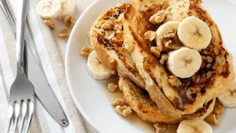 Verloren brood met banaan en ahornsiroop