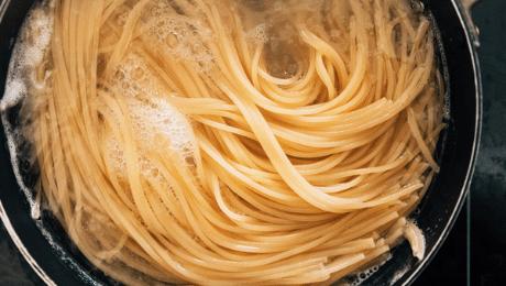 Feit of fabel: een scheutje olijfolie in kookwater voorkomt dat pasta plakt