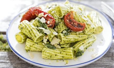 Recept voor Griekse pastasalade met olijven en tomaatjes